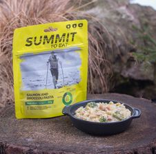 Summit To Eat - losos s cestovinami a brokolicou